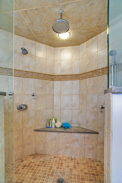 1001-Woodlawn-Glenview - shower-vertical - Globex Developments Custom Homes