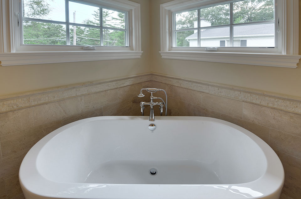 1005-Queens-Glenview - MasterBath-Tub-Detail - Globex Developments Custom Homes