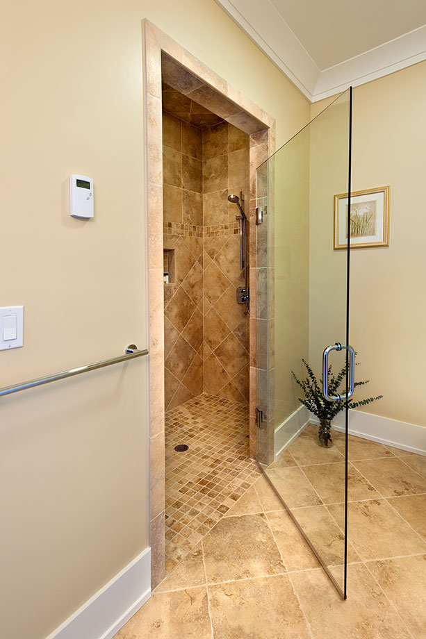 14-Casa - AccessibleShower - Globex Developments Custom Homes