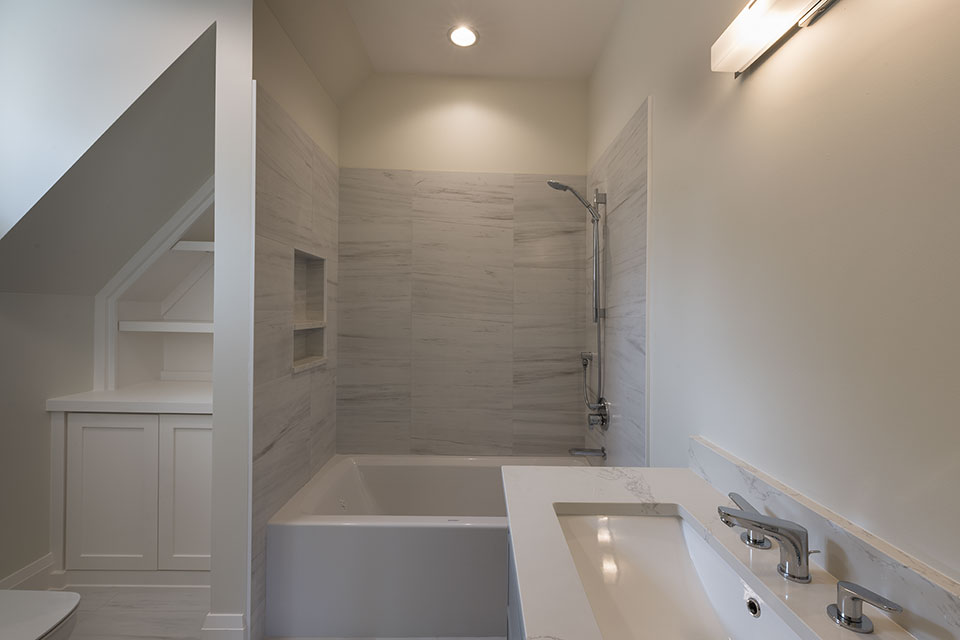 1525-Canterbury-Glenview - Guest-Bathroom - Globex Developments Custom Homes