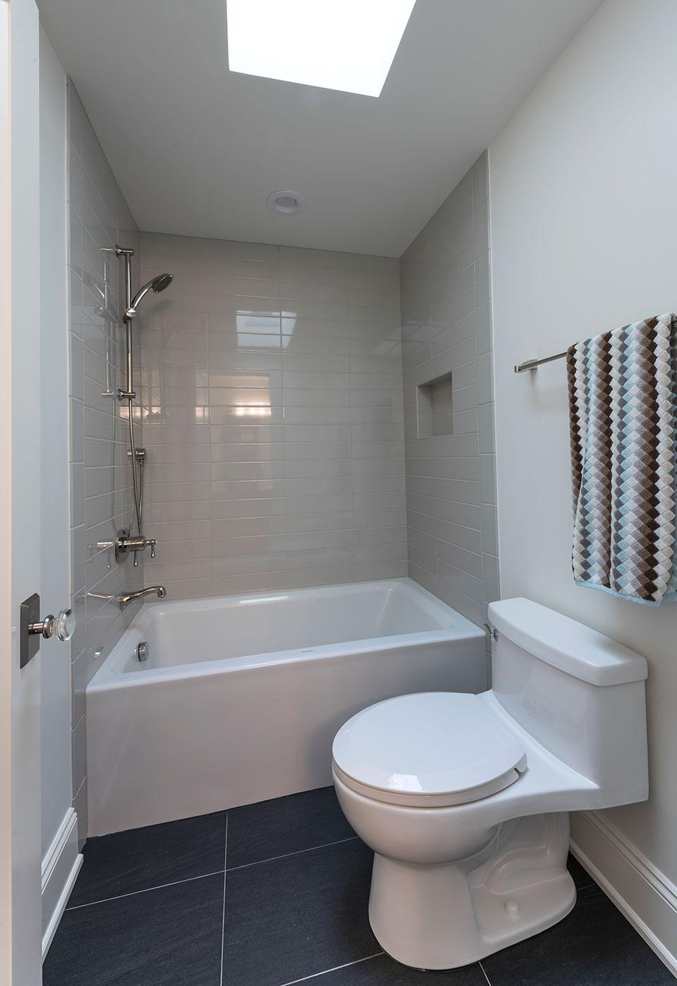 1943-Glen-Oak-Glenview - Jack and Jill Bathroom - Globex Developments Custom Homes