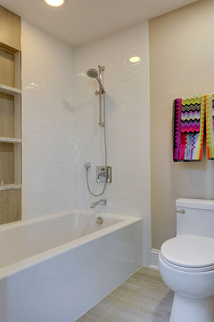 305-Neva-Glenview - JackJill-Shower - Globex Developments Custom Homes